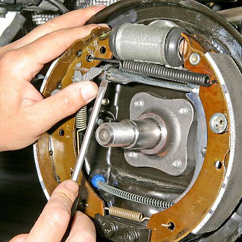 замена колодок стояночного тормоза
